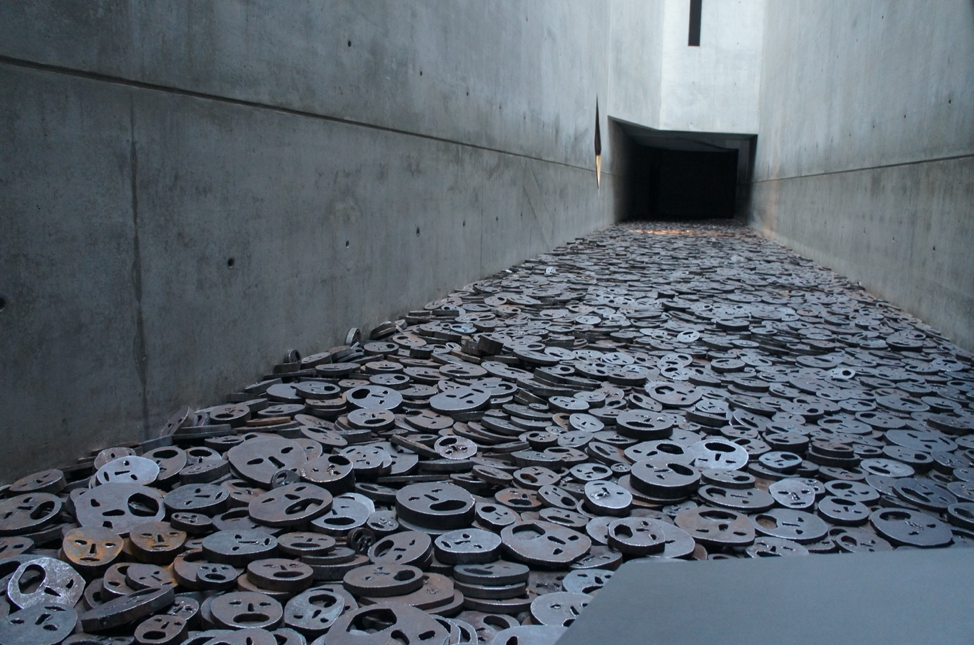 Memory void and Shalekhet (Fallen Leaves) by Menashe Kadishman; photo: Wikimedia